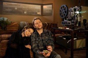 Ruth ( Hannelore Elsner ) und Jonas ( Max Riemelt ) schauen ihren alten Film